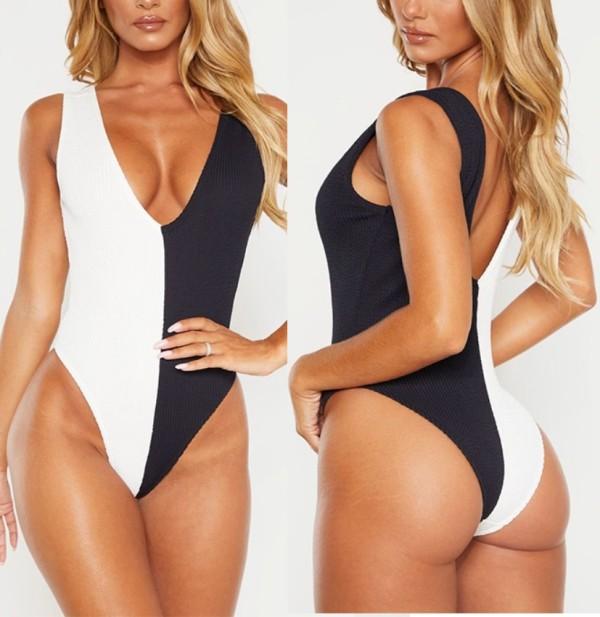 Weiße und schwarze Badebekleidung mit hohem Schnitt