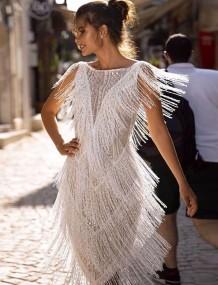 Коктейльное платье без рукавов с белыми кисточками