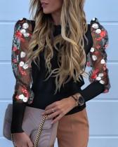 Camisa ajustada negra con mangas florales de malla