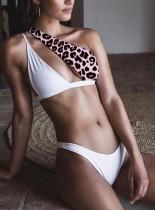 Traje de baño de dos piezas de leopardo con un hombro