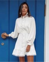 Vestido elegante de una línea blanca ahuecada