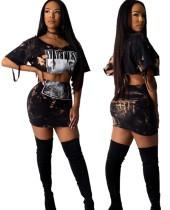 Top corto con cordones y minifalda estampada
