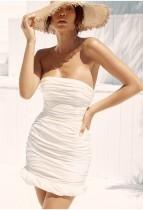 Белое мини-платье без бретелек с рюшами