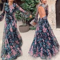 Robe de soirée florale à manches longues et découpes