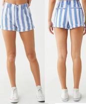 Weiße und blau gestreifte Jeansshorts